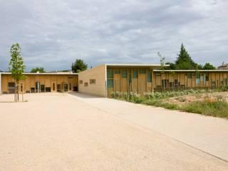 Maison de l'enfance HQE à Peyrolles en Provence: Maisons de style  par Unic architecture