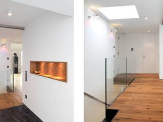 Corridor & hallway by Bermüller + Hauner Architekturwerkstatt,