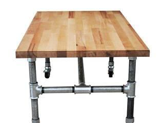 Mobilny stolik z rur ocynkownaych z drewnianym blatem od Wooow! projekt Industrialny