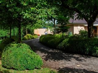 Traditional Dutch landscape garden  with villa/ Traditionele Nederlandse tuin bij villa. : classic Garden by FLORERA , design and realisation gardens and other outdoor spaces.