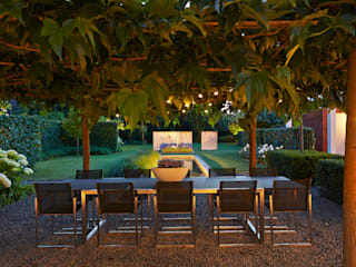 timeless attractive garden with velvet ambiance and in complete harmony/  sfeervolle tuin met bijzondere ambiance in volledige harmonie.:  Garden by FLORERA , design and realisation gardens and other outdoor spaces.