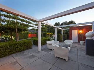 Loungeterrace in total harmony with residence and view in garden-loungeterras in volledige harmonie met woonhuis en zicht in de tuin. FLORERA , design and realisation gardens and other outdoor spaces. Modern Garden