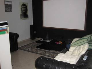 Sala cinema prima:  in stile  di RhomeStaging