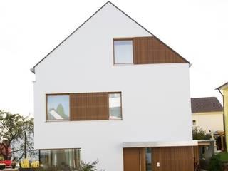Ansicht Ostgiebel mit Haustüre: moderne Häuser von w3-architekten Gerhard Lallinger