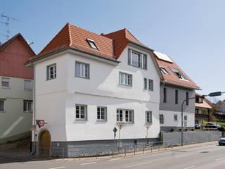 Straßenansicht Südseite: klassische Häuser von w3-architekten Gerhard Lallinger