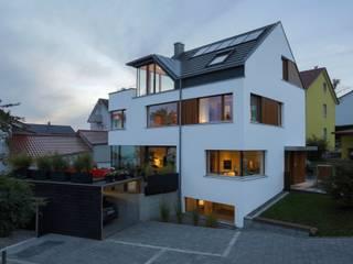 Hofansicht mit Carport und Terrasse: moderne Häuser von w3-architekten Gerhard Lallinger