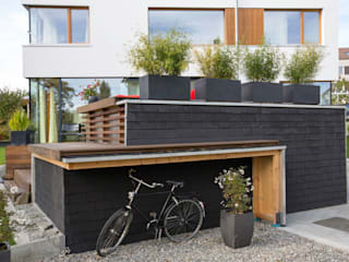Carport mit Fahrradüberdachung und Terrasse: moderne Häuser von w3-architekten Gerhard Lallinger