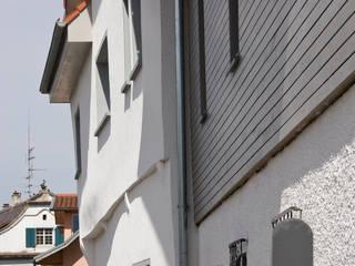 Historische Fassadenansicht bleibt nach der Fassadendämmung erlebbar: klassische Häuser von w3-architekten Gerhard Lallinger
