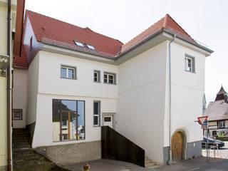 Westfassade mit Atelierfenster im EG: klassische Häuser von w3-architekten Gerhard Lallinger