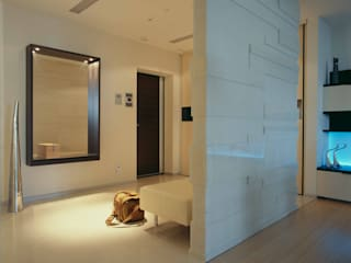 Вид из гостиной на прихожую: Коридор и прихожая в . Автор – Архитектурное бюро Лены Гординой