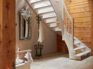 W świerkowych ścianach: styl , w kategorii Korytarz, przedpokój zaprojektowany przez Pracownia Projektowa Poco Design