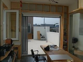2층 사무실 공간: Altstadt-TOP   Architects의 미니멀리스트 ,미니멀