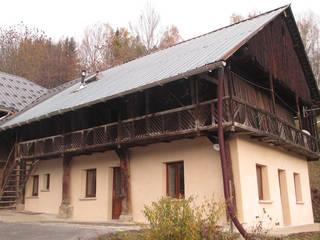 Rénovation d'une maison traditionnelle à colonnes à Jarrier (73) Maisons rurales par Marie GAMELON-VIALLET architecte Rural