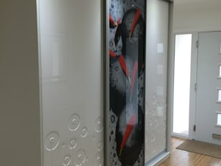 Modern sliding door wardrobe in hallway od Sliding Wardrobes World Ltd Nowoczesny