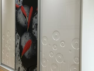 Modern sliding door wardrobe in hallway por Sliding Wardrobes World Ltd Moderno