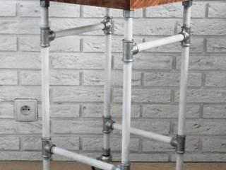 Mobilny stolik nocny z rur ocynkowanych oraz drewnianego blatu. od Wooow! projekt Industrialny