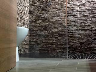 Rivestire un box doccia con la Pietra ricostruita:  in stile  di RINNOVARECONLAPIETRA.COM