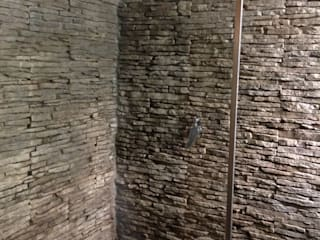 Rivestire un box doccia con la Pietra ricostruita PETRA di Primiceri:  in stile  di RINNOVARECONLAPIETRA.COM