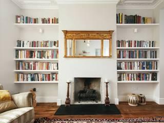 Bespoke floating shelving:  Living room by Empatika
