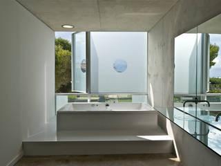 Baños de estilo minimalista por MOA architecture