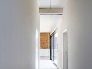 Siemeringstraße - ein Haus im Haus Industrialer Flur, Diele & Treppenhaus von quartier vier Architekten Landschaftsarchitekten Industrial