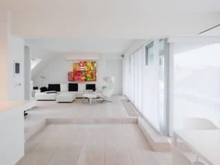 Wohnraum mit Podest: moderne Wohnzimmer von Goderbauer Architects
