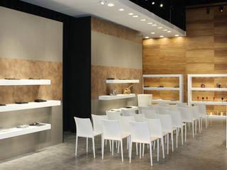 Showroom: Negozi & Locali commerciali in stile  di Cristiano Bonesso+Partners
