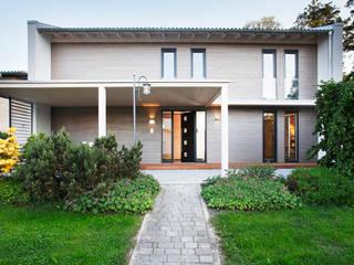 Ansprechende Eingangslösung samt integriertem Carport: moderne Häuser von Sonnleitner Holzbauwerke GmbH & Co. KG