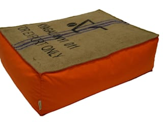 Poufs et coussins en toile de jute et coton par Cabane indigo Éclectique