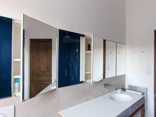 Une petite salle de bain élégante et confortable Charlotte Raynaud Studio Salle de bainRangements