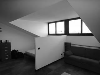 Capuccina a visiera Soggiorno moderno di studionove architettura Moderno