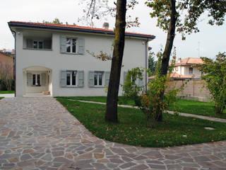La villa vista dal giardino: Giardino in stile  di STUDIO498 Architettura