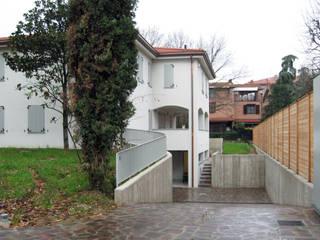 Accesso al garage dal giardino: Case in stile  di STUDIO498 Architettura