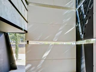 Panteón para un Ingeniero Paredes y suelos de estilo moderno de MARTINEZ VIDAL ARQUITECTOS Moderno