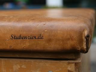 Die große Truhe - viel Platz für Ihre Schätze: industriale Wohnzimmer von Stubenzier.de