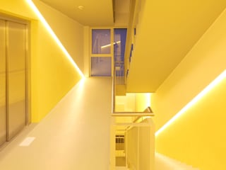 Minimalist corridor, hallway & stairs by kenchiku Minimalist