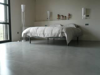 MICROCEMENTO  TKROM en dormitorios: Dormitorios de estilo  de BADACOLOR S.L.