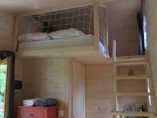 Une mezzanine accueille un lit double: Chambre de style  par Alter Ec'Home&