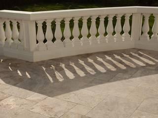 Balcone, Veranda & Terrazza in stile classico di SCHUBERT STONE GmbH Classico