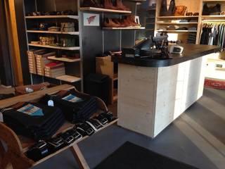 Regal 9 Jeansladen mit Vintage Charme eingerichtet Ausgefallene Geschäftsräume & Stores von Hektor living Ausgefallen