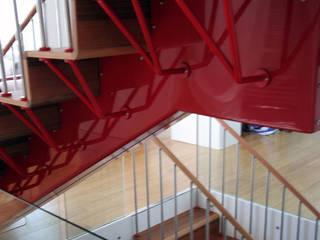 Vestíbulos, pasillos y escaleras de estilo  por Emilia Barilli Studio di Architettura