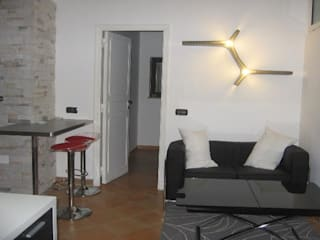 Ristrutturazione appartamento Roma: Soggiorno in stile  di QUARZO ARCHITETTI