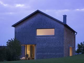Haus Brunner: moderne Häuser von architektur + raum