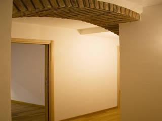 Koridor & Tangga Modern Oleh studio di architettura cinzia besana Modern