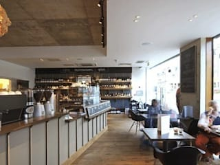 counter and seating area:  Bars & clubs by Engaging Interiors Limited