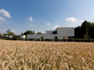 Woning VAWE: minimalistische Tuin door areal architecten cvba