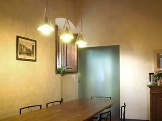 zona pranzo: Sala da pranzo in stile  di GALLUZZI ASSOCIATI