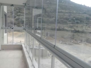 Balcones y terrazas de estilo moderno de PENPARK CAM BALKON SİSTEMLERİ Moderno