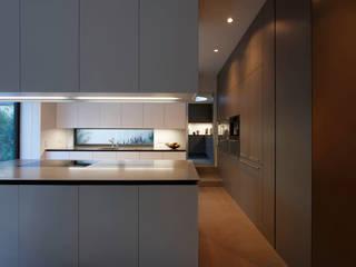 Privathaus München 570 m2: moderne Küche von Iria Degen Interiors