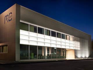 Espaces de bureaux modernes par Studio Perini Architetture Moderne